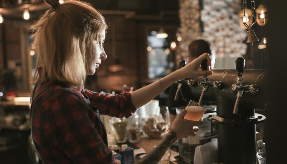 KONFLIKTER: Bartenderne innrømmer at koronareglene fører til konflikter i baren. Foto: NTB
