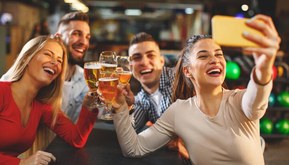 GRUPPER: Bartenderne merker seg at vi som regel drar ut i grupper nå. Foto: NTB