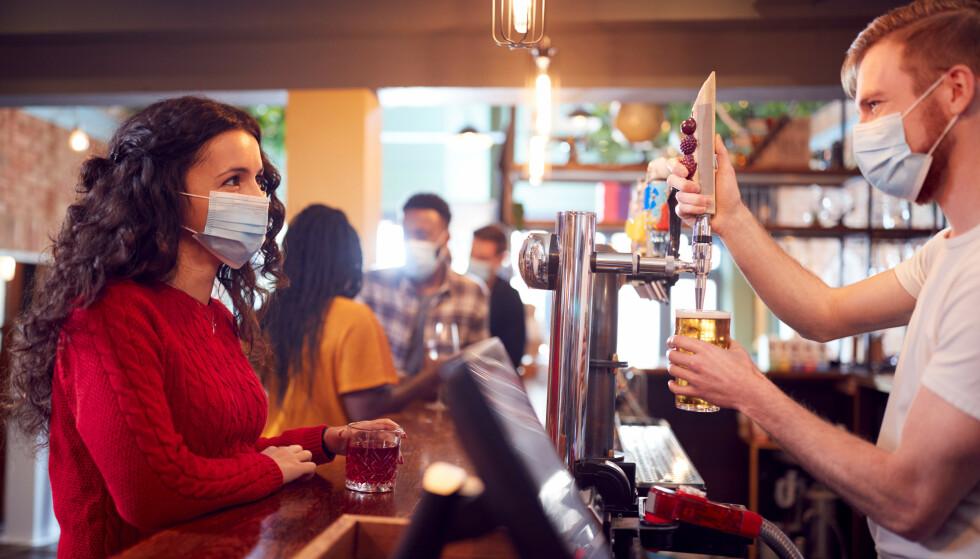 FÅ REGLER: Bartenderne synes det er frustrerende at folk ikke bryr seg om eller setter seg inn i de få koronareglene som gjenstår. Foto: NTB