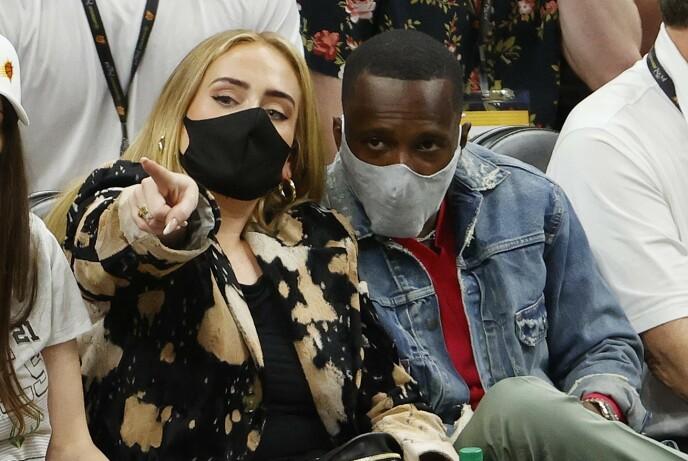 ENGASJERT: Adele sammen med NBA-agent Rich Paul under kampen i juli. FOTO: NTB