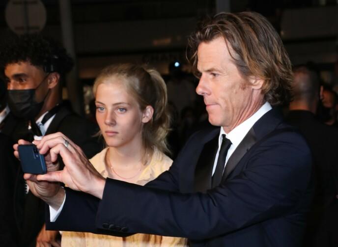 MINNE FOR LIVET: Pappa Daniel Moder fotograferte paparazziene under filmfestivalen i Cannes. Han ankom filmpremieren med datteren Hazel. FOTO: NTB