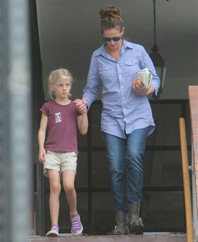 DATTEREN: Julia Roberts med datteren Hazel i 2013. Ekteparet har holdt barna skjermet fra offentligheten i tidlige barneår. FOTO: NTB