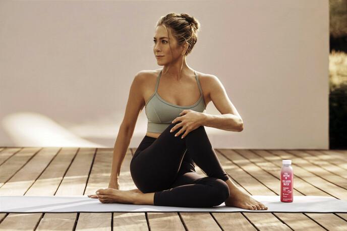 Jennifer Aniston elsker å trene blant annet yoga. Dette bildet er tatt i forbindelse med en kampanje for skjønnhetsmerket Vital Proteins. FOTO: Vital Proteins/ MEGA