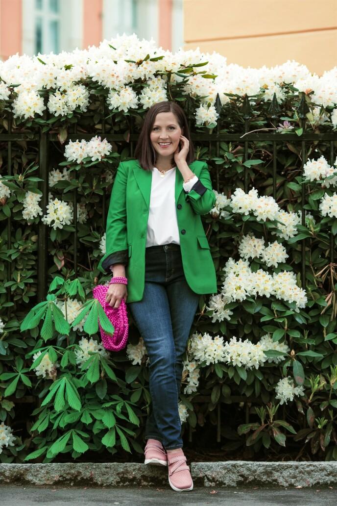 Blazer (kr 700, Zara), bluse (kr 900) og jeans (kr 1300, begge fra Jean Paul), kjede (kr 500, Jwls), veske (kr 3890, Maria La Rosa) og sko (kr 1900, Gaitline). Tips! Hvis du er glad i farger, men synes det blir for mye å kle seg i knallfarger fra topp til tå, kan du tilføre et knæsjt tilbehør - som en rosa veske. FOTO: Astrid Waller