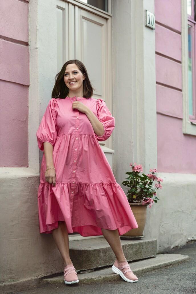 ETTER: Kjole (kr 800, Yas), armbånd (kr 600, Nettgullsmeden) og sko (kr 1900, Gaitline). Tips! Denne kule og behagelige kjolen funker like bra med joggesko på jobb som med stiletter til fest. FOTO: Astrid Waller