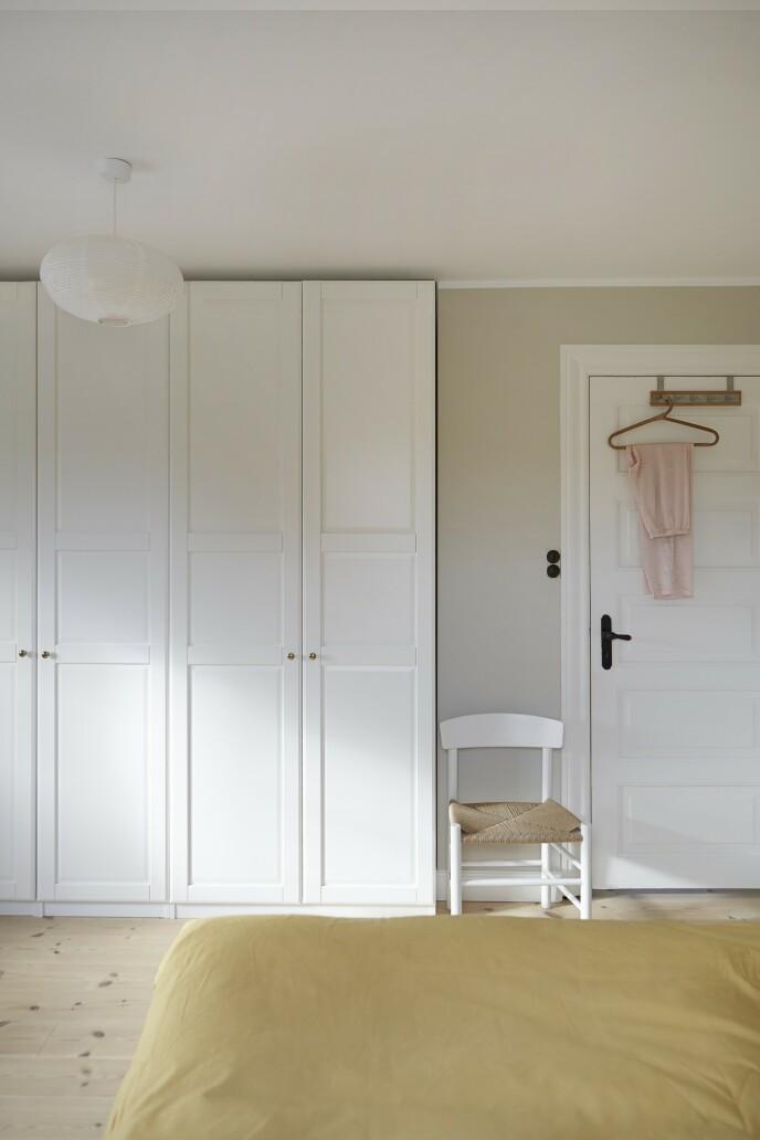 Stolen som står ved døren på soverommet, er fra Frederica Furniture.