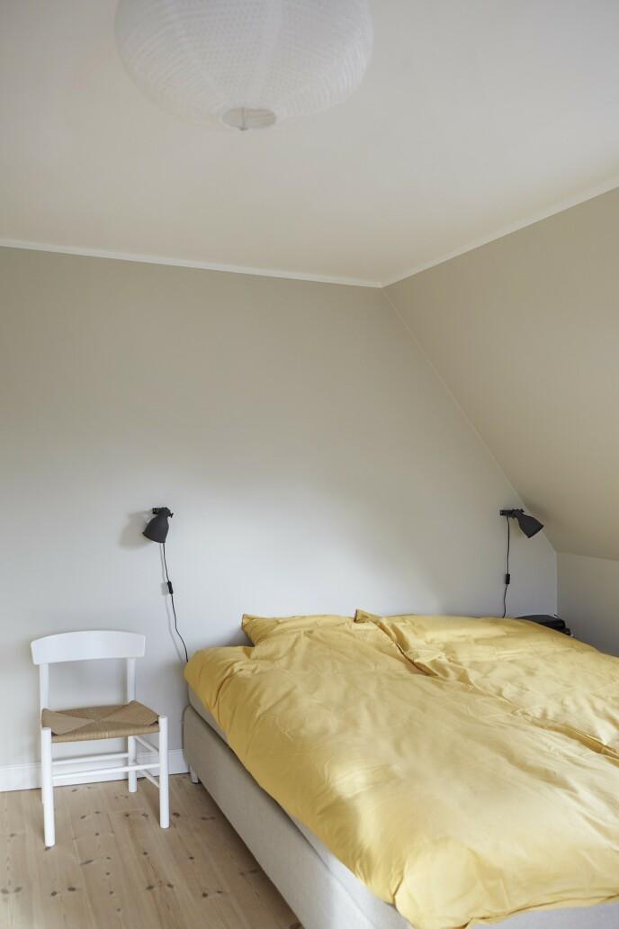 Vegglampene over sengen er fra Ikea og sengesettet fra Ellos.