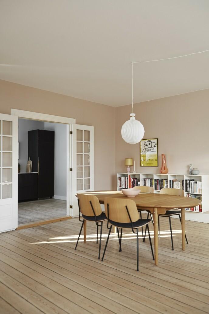 Gjør et rom varmt i uttrykket ved å male i rosa nyanser og innrede med møbler av tre. Spisebordet er fra Carl Hansen & Søn, og stolene er fra Fredericia Furniture. Lampen er fra Le Klint. Hyllene er fra Trævarefabrikernes Udsalg. Den lyserøde lampen er funnet brukt, glassvasen er fra Kodanska, og Matisse-plakaten er fra Stilleben.