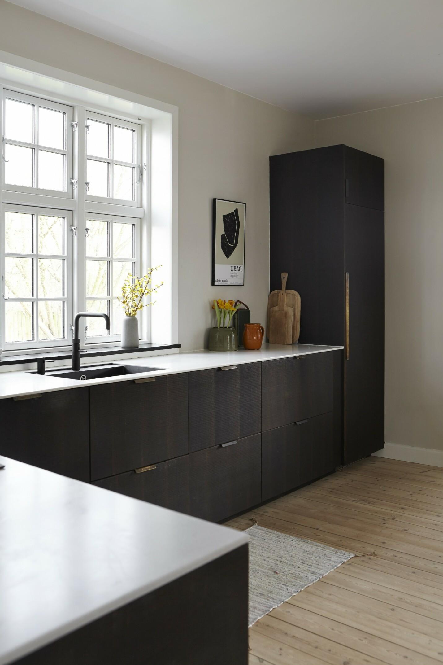 Kjøkkenet i røkt eik gir kontrast til husets gamle detaljer i både stil og farge.