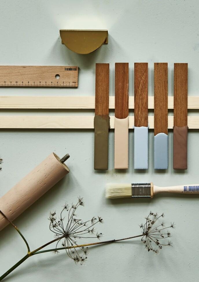 Trebein (Jysk). Messinggrep (prettypegs. com). Trelister, linjal og pensel (Starck). Fargeprøver, fra venstre: «Belgian Brown», «Desert Pink», «Ocean Air», «Natural Blue» og «Mellow» (alle fra Jotun). FOTO: Martin Panduro/Stöj