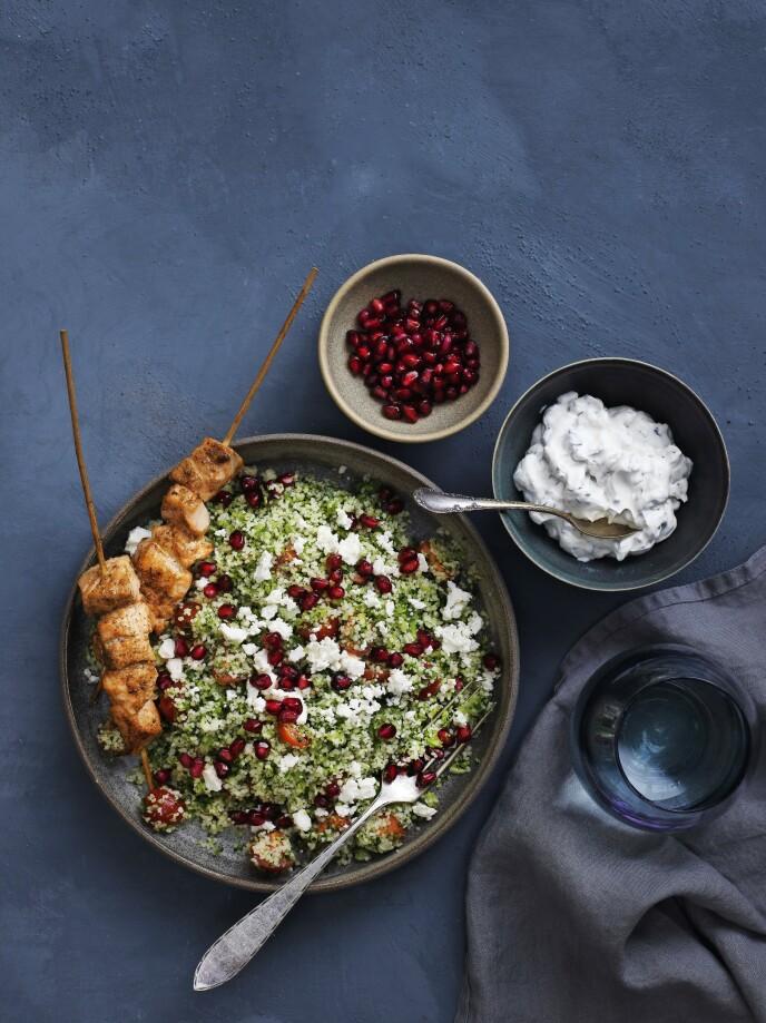 Det ser ekstra delikat ut når du serverer den krydrede laksen på små trespyd oppå salaten. FOTO: Columbus Leth