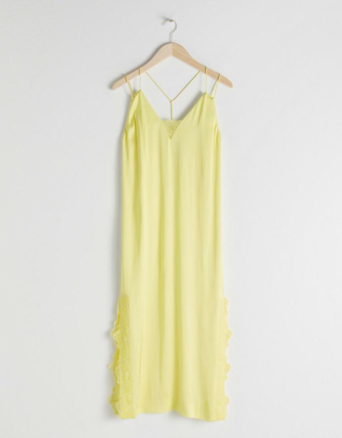 Lys gul med blonder. Fra & Other Stories.