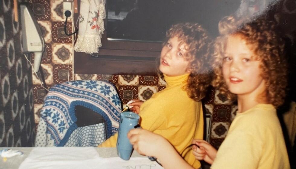 NÆRT FORHOLD: Trude og Trine har fulgt i hverandres fotspor, og er begge daglige ledere av hver sin frisørsalong. Her med hårføner og neglelakk en gang på 80-tallet. FOTO: Privat
