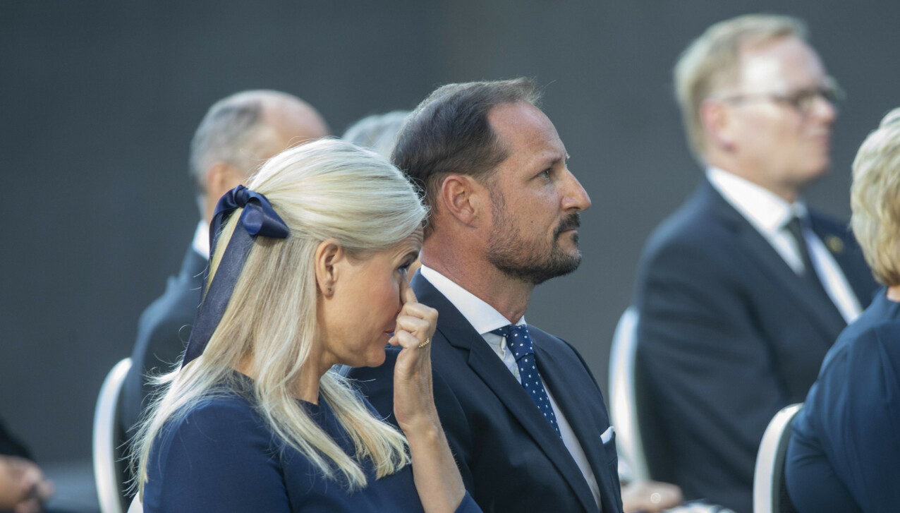RØRT: Kronprinsesse Mette-Marit ved siden av sin ektemann kronprins Haakon under minnemarkeringen ved Regjeringskvartalet på 10-årsdagen. FOTO: NTB