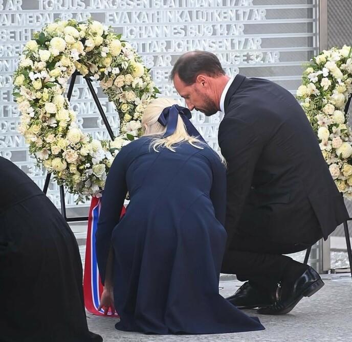 LA NED KRANS: Kronprinsparet ved minnesmerket over de 77 som ble drept i terrorangrepene 22. juli 2011. FOTO: Sven Gj. Gjeruldsen, Det kongelige hoff