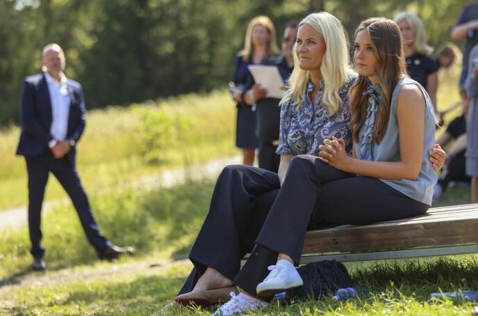 STØTTE: Kronprinsesse Mette-Marit la en støttende arm rundt datteren under markeringen på Utøya 10 år etter terrorangrepet. FOTO: Torstein Bøe / NTB