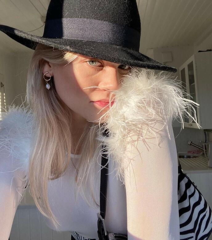 DO IT YOURSELF: Kristina synes det er kult å sy på fjær på klær man har fra før for å videreføre fjærtrenden inn i høsten. Foto: Instagram @kristinatb