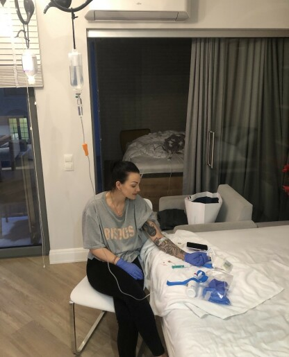 ANTIBIOTIKA: Anette måtte lære seg å sette antibiotika intravenøst selv, slik at hun fikk det i helgene også. Foto: Privat