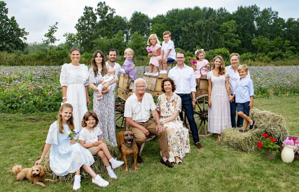 KONGELIG: Slik har vi aldri sett dem før! Den svenske kongefamilien sendte sommerhilsen fra Solliden. FOTO: Jonas Ekströmer, Kungl. Hovstaterna