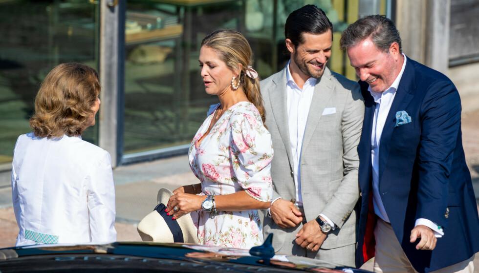 GOD STEMNING: Det må ha vært godt for dronning Silvia å endelig få datteren, svigersønnen og de tre barnebarna på svensk jord. FOTO: NTB