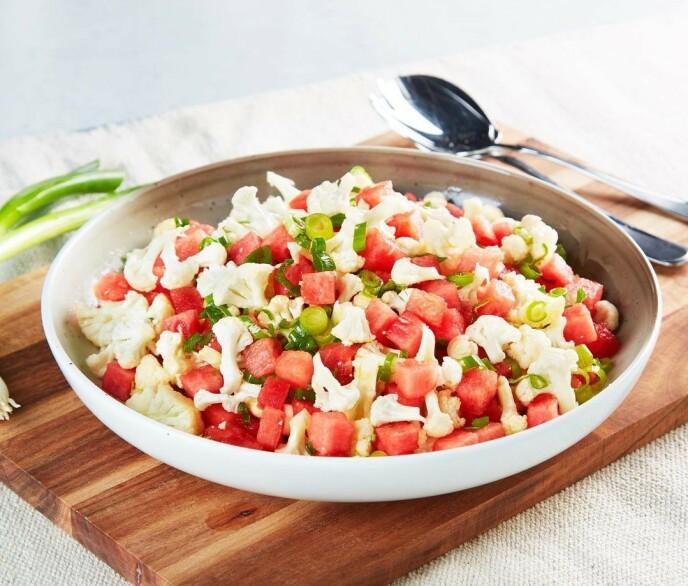 FLERBRUK: Vannmelon kan brukes til så mangt - her i salat med blomkål. Foto: Instagram @5omdagen