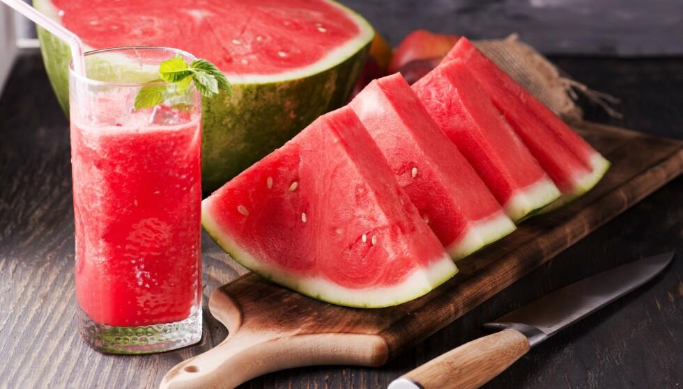 OPPBEVARING: Hel vannmelon i romtemperatur og oppskjært vannmelon i plast i kjøleskapet. Foto: NTB.