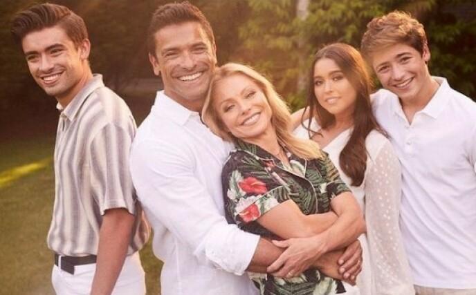 SAMMENSVEISET FAMILIE: Kelly Ripa og ektemannen Mark Consuelos har barna Michael (24), Lola (20) og Joaquin (18) sammen. FOTO: Skjermdump Instagram