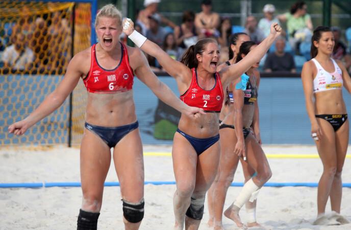 STRANDHÅNDBALL: De kvinnelige strandhåndballjentene må spille i små truser, mens herrene får lov til å bruke shorts. Nå har de norske spillerne tatt grep for å få bukt med regelforskjellene. Her fra semifinalen mot Spania i Kroatia i 2017. Katinka Haltvik i midten. FOTO: NTB