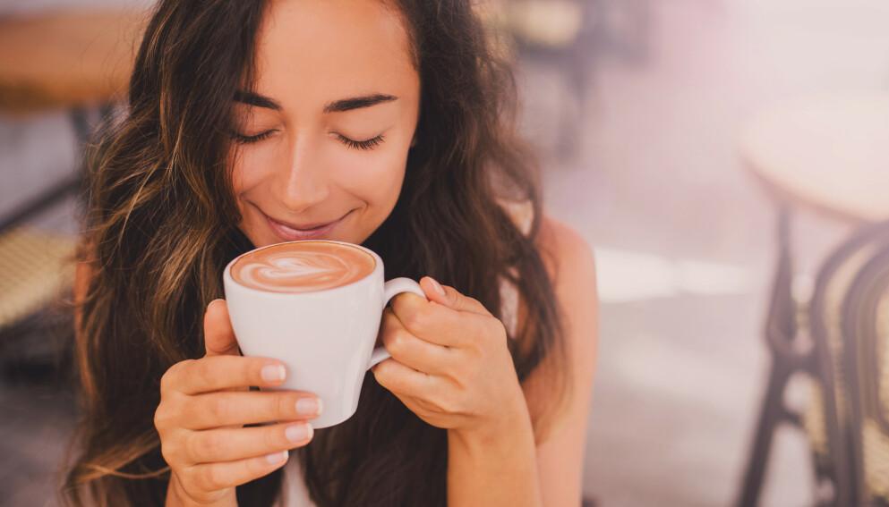 SUNNERE KAFFE: I stedet for å ha vanlig melk i kaffen, er det mange TikTok-brukere som har proteinpulver eller proteinshake i kaffen. De hevder at kaffen blir fyldigere og at det kan hjelpe dem med å regulere vekten.