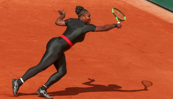 HELSEBRINGENDE DRAKT: Tennisstjernen Serena Williams i 2018. Hun kjemper for å kunne få lov til å trene i noe annet enn et kort tennisskjørt. FOTO: NTB