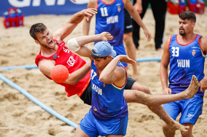 FORSKJELL: Strandhåndballmennenes antrekk er en god del mer dekkende enn kvinnenes. Her fra EM-kamp mellom Danmark og Ungarn i 2019. FOTO: NTB