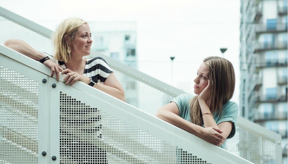 ENKER: Elisabeth (t.v) og Marianne fant hverandre i sorgen over å ha mistet sine ektemenn i ung alder. Begge satt igjen med fire barn. FOTO: Astrid Waller