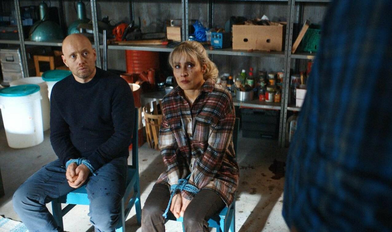 FANGET: Lars (Hennie) og Lisa (Rapace) blir nødt til å samarbeide mot en felles fiende. FOTO: SF Studios