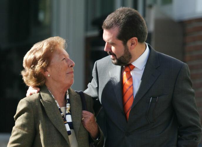 FARMOR: Dronning Letizia hadde et helt spesielt forhold til farmor Menchu Alvarez. Her er farmoren og Letizias far Jesus Ortiz på vei inn for å hilse på Letizia etter fødselen av sitt første barn i 2005. FOTO: NTB