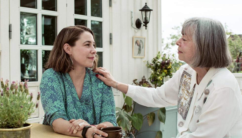 LANG SORG: I tretten år har Nanne Schille og datteren Kristine Kroder-Schille levd med ektemann og pappa Magnes alzheimerdiagnose. -Det er en ekstremt lang sorgprosess, sier Kristine. FOTO: Astrid Waller