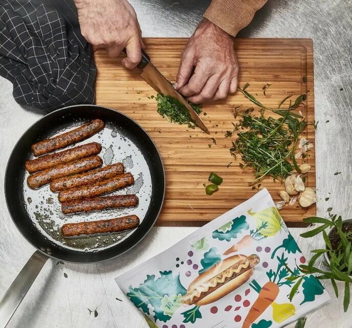 IKEA-PØLSA: Både i frysedisken og på IKEAs populære bistro selges nå vegetarpølse laget av grønnkål, linser, quinoa, løk og gulrot, som et tillegg til den klassiske wienerpølsen. FOTO: IKEA