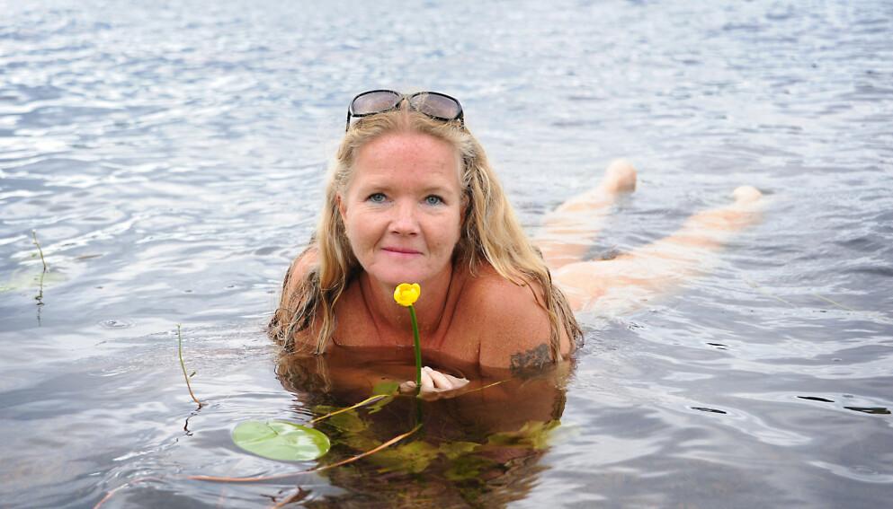 NATURIST: Kristin Aanes elsker å bade og sole seg naken, og mener det gir henne god helse. Foto: Marianne Otterdahl-Jensen