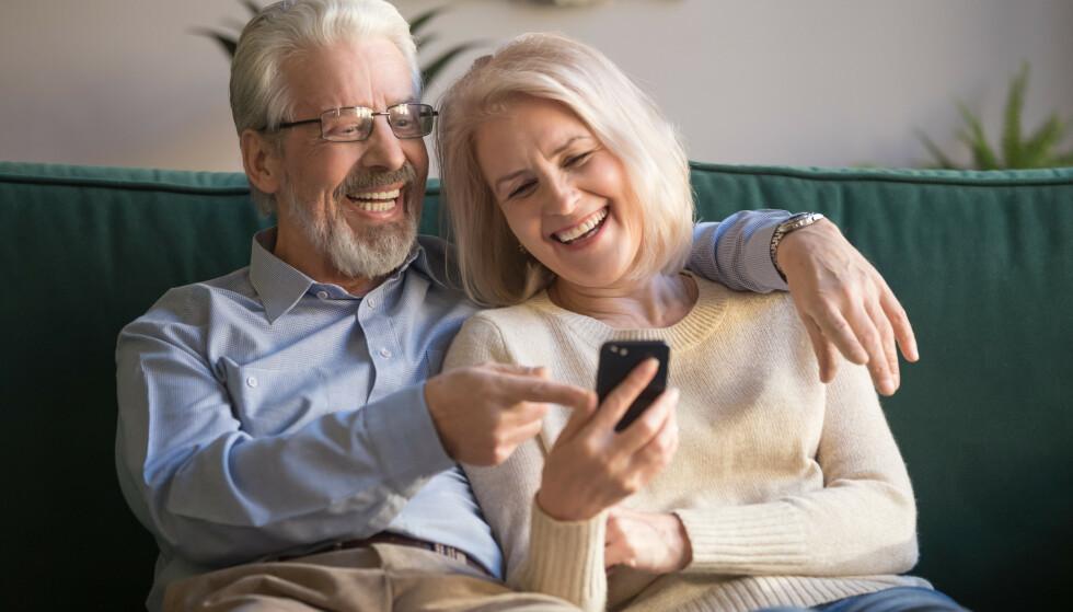 DELE BILDER AV BARN: Det som bestemor synes er et søtt og morsomt bilde, kan barnebarnet kanskje synes er flaut og pinlig - og det kan dessuten bli liggende på nett «til evig tid». FOTO: NTB