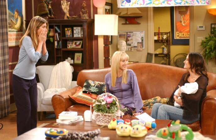 BABYFOKUS: Samtidig med at Courteney Cox gikk gjennom spontanabort på privaten, måtte hun spille glad og lykkelig over at Rachel Green-karakteren i Friends-serien hadde blitt mor for første gang. Her med kollegene Jennifer Aniston og Lisa Kudrow i 2002. FOTO: NTB