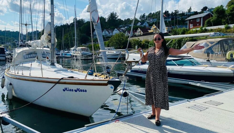 FLYTTET INN I SEILBÅT: Den femti år gamle båten «Miss Moss» ble som navnet tilsier kjøpt i Moss, men ligger nå i Asker. FOTO: Privat