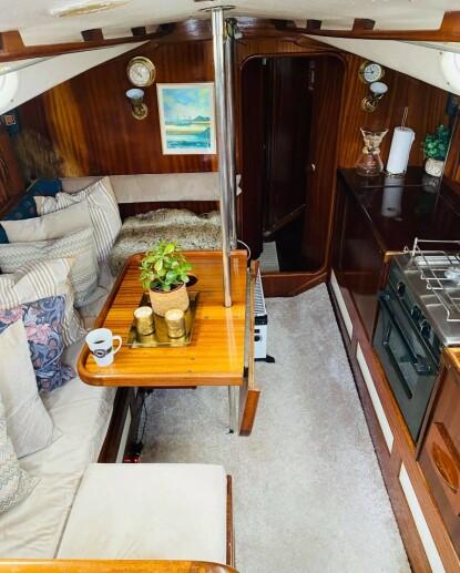 «STUE» OG BYSSE: Oppholdsrommet i båten er trangt, men koselig. FOTO: Privat