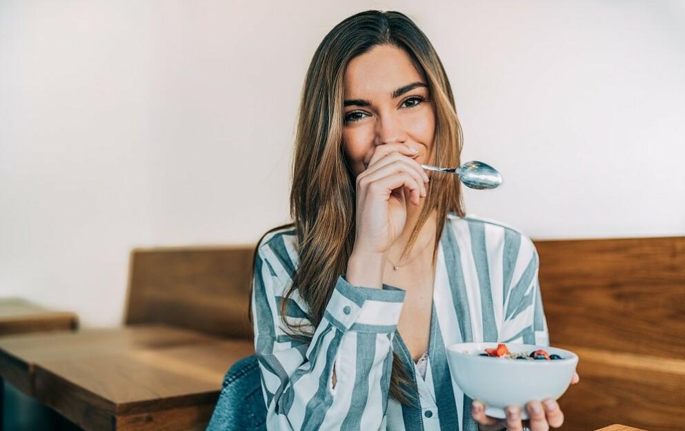 FROKOST: - Hvis du er en av dem som overhodet ikke er sulten til frokost, så behøver du ikke å presse i deg frokost fordi det skal gi høyere forbrenning eller bedre konsentrasjon, sier klinisk ernæringsfysiolog Tine Sundfør. Hun forklarer hvorfor antall måltider vi bør spise per dag er veldig individuelt. FOTO: NTB