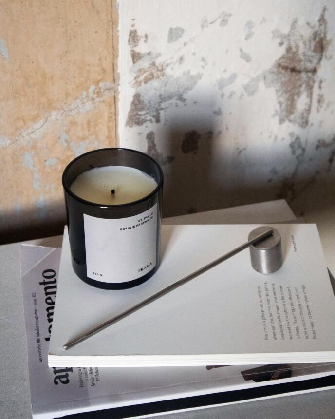 Duftlysene fra Frama er håndlaget i København. Dette lukter sitrongress, bergamott, sedertre og lavendel (kr 600, Frama).