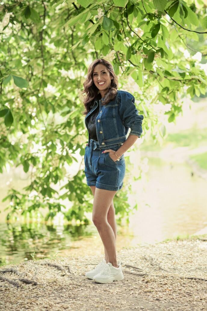 ETTER: Jakke (kr 3200) og shorts (kr 2400, begge fra Pia Tjelta), singlet (kr 200, H&M), armbånd (kr 400, Jwls) og sko (kr 600, Jean Paul). Tips! Dongeriplagg skaper en god base i enhver garderobe. De kan styles opp og ned, og finner du en modell med stretch, er du sikret komfort også. FOTO: Astrid Waller
