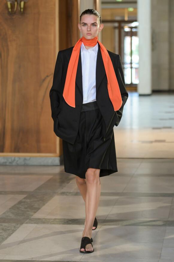 TRENDY: Hint av trendfargen oransje hos Mark Kenly Domino Tan. FOTO: COPENHAGEN FASHION WEEK