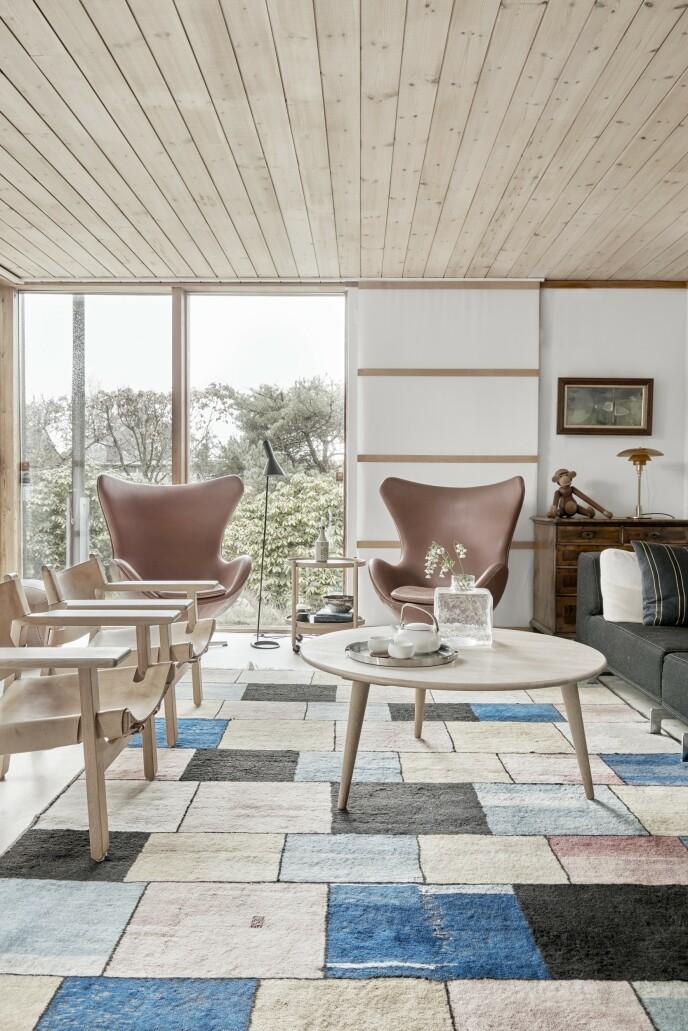 I stuen står Arne Jacobsens «Egget» og Børge Mogensens «Spanske stol». Det er særlig danske klassikere som har fått plass i dette huset. Både de store møblene og for eksempel den velkjente Kay Bojesen-apen og Poul Henningsens bordlampe.