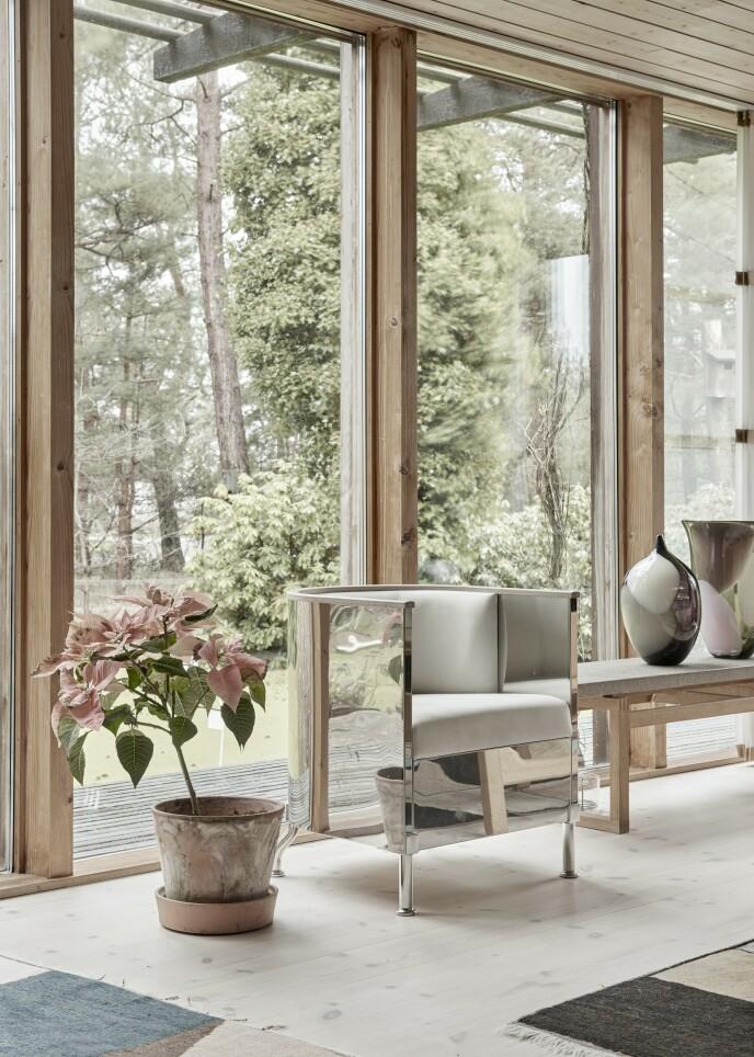Hvis det føles for monotont med kun klassiske tremøbler, kan du gjøre det mer moderne ved å tilføye elementer som går i en helt annen retning, for eksempel et møbel i metall eller en kraftig farge.