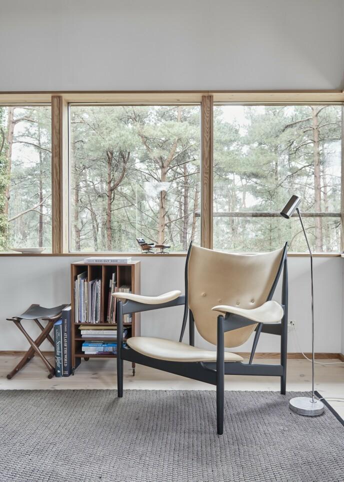 Man kan lett bli fristet til å velge klassiske fargekombinasjoner med lyst tre og mørkere trekk, men prøv å gå motsatt vei innimellom. Det kan gi en spennende fornyelse til klassiske møbler. «Høvdingstolen» er designet av Finn Juhl.
