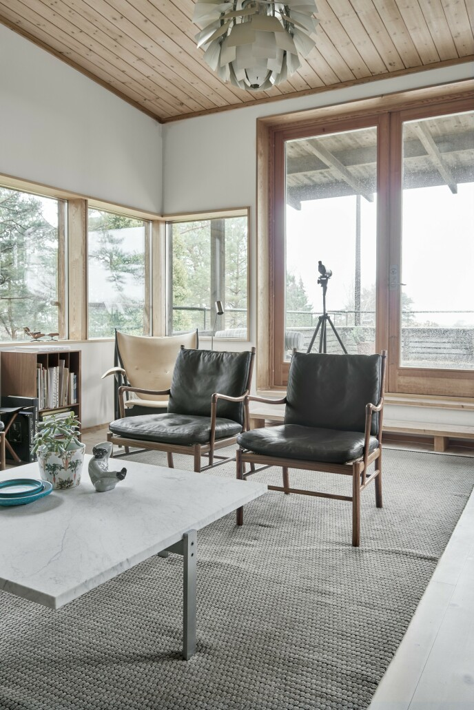 Midt i stuen i første etasje står et marmorbord av Poul Kjærholm. Ved siden av står to «Colonial Chair»-stoler, designet av Ole Wancher.