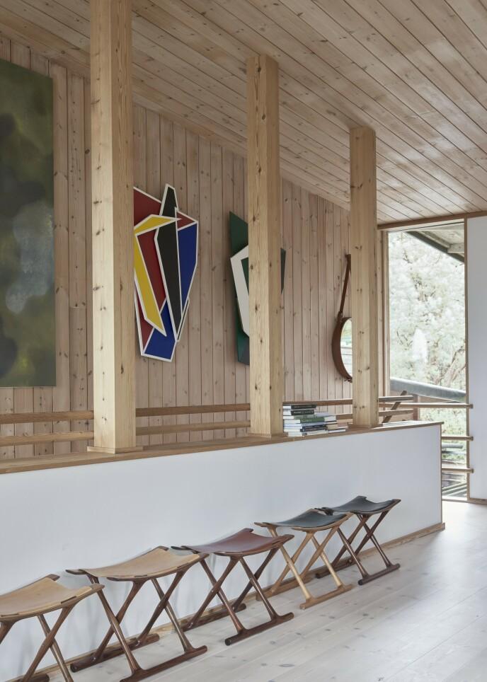 «Den egyptiske stol» er, som navnet indikerer, inspirert av gamle krakker fra Egypt. Den er designet av Ole Vangsø, og i dette huset er det en hel liten samling av dem med forskjellig farget skinn.
